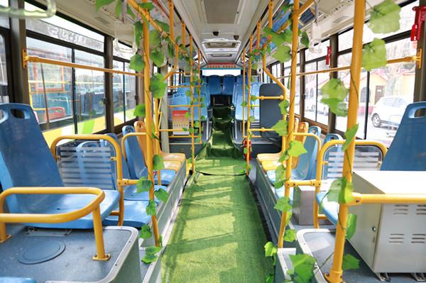 绿色出行迎接植树节 岛城新能源公交车里春意浓