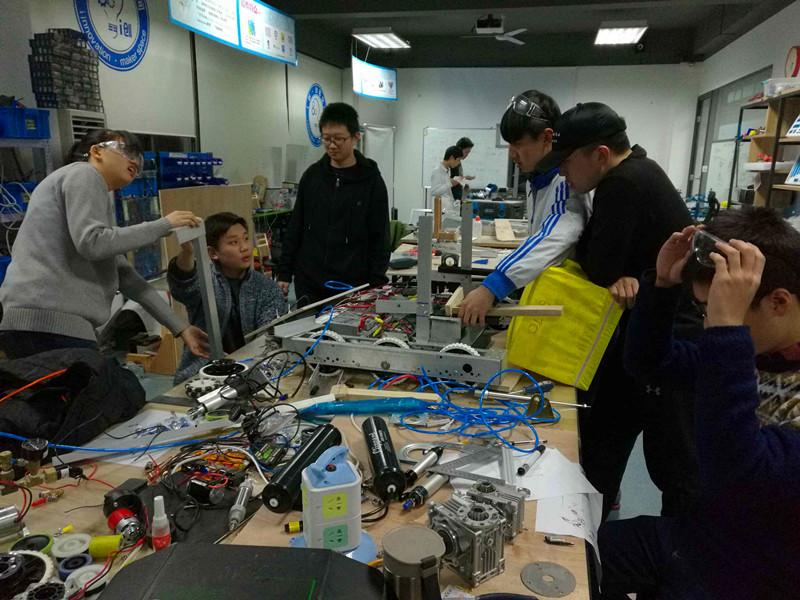 青岛崂山中学生创客团队获FRC机器人挑战赛中国冠军 晋级总决赛