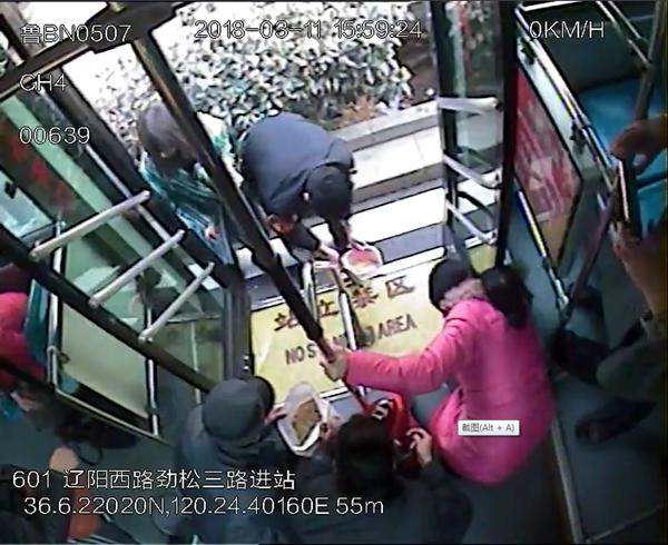 20多斤黄豆散落公交车 看看青岛人是怎么做的