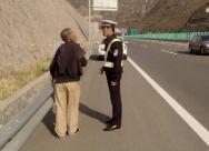 高速拦顺风车 淄博高速交警巡逻半小时发现2起行人上高速行为