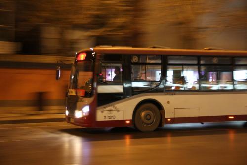 济南公交33路、K92路15日起临时调整部分运行路段