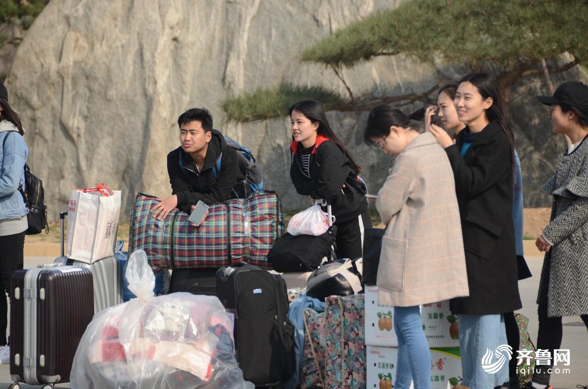 3月14日,大学生站在行李旁,等待支教分组。4.jpg