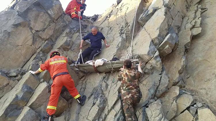 45秒丨女大学生坠崖轻生 直升机现场救援将其送医