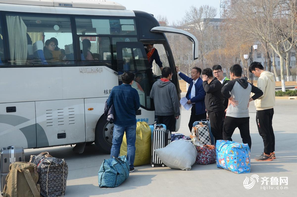 3月14日,大学生站在行李旁,等待支教分组。2.jpg