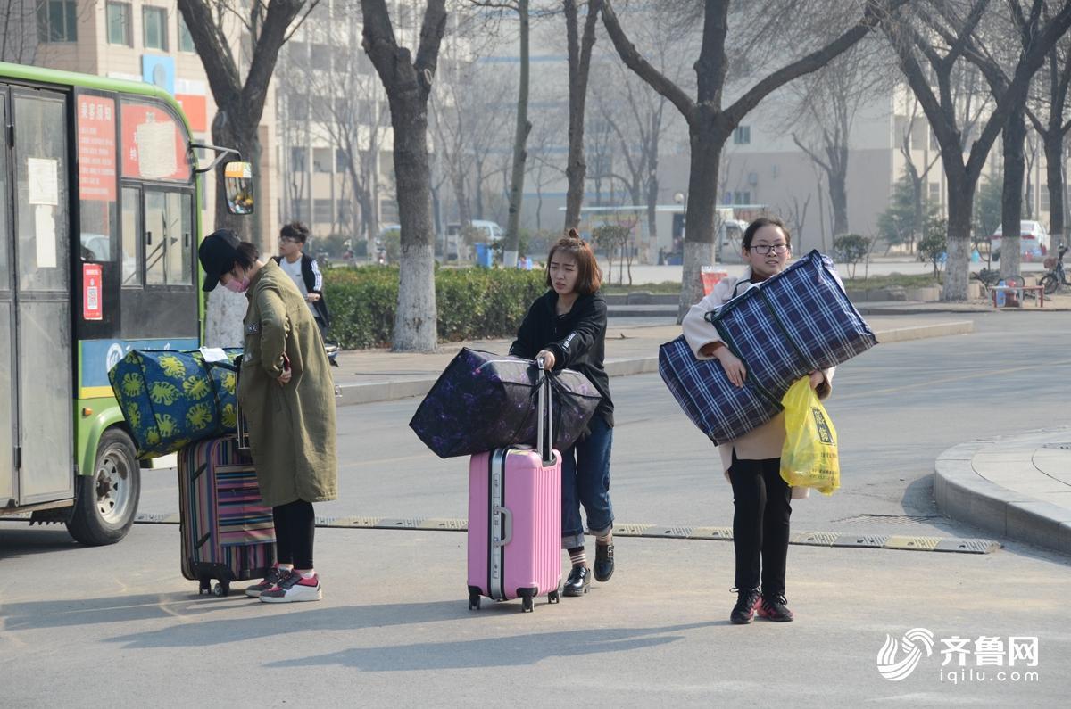 3月14日,大学生正在搬运行李,赴基层支教。1.jpg