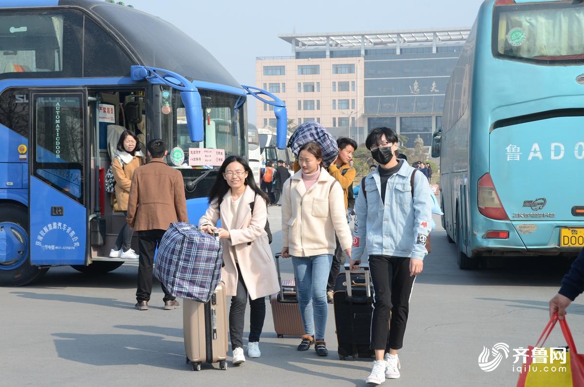 3月14日,大学生正在搬运行李,赴基层支教。2.jpg