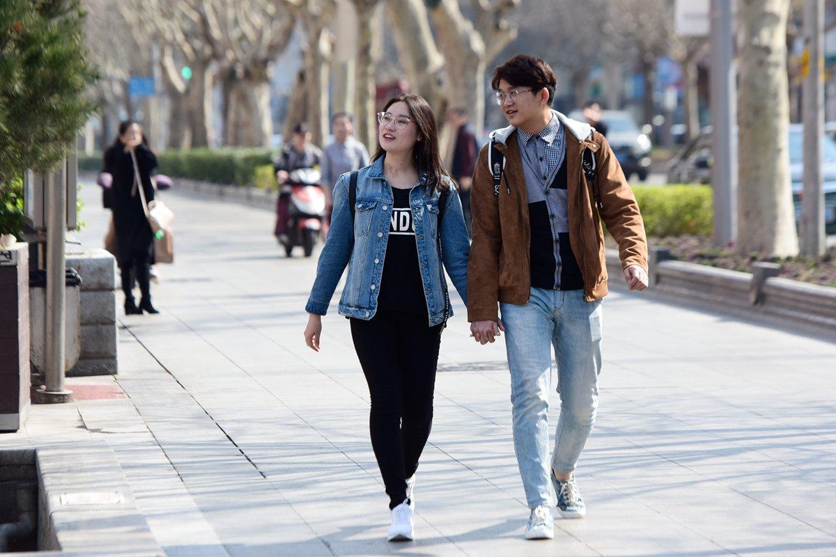 """最高27℃! 济南市民轻装上阵街头""""秀""""春装"""
