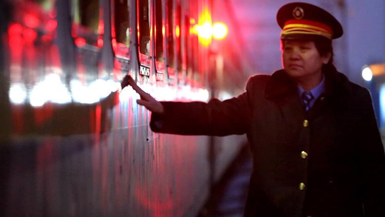"""5分钟短片丨""""扶贫""""列车长的最后一次值乘"""