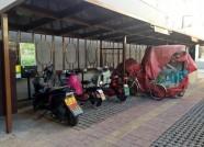 """潍坊:停车棚""""离地""""近半米 小区居民想充电却犯了难"""