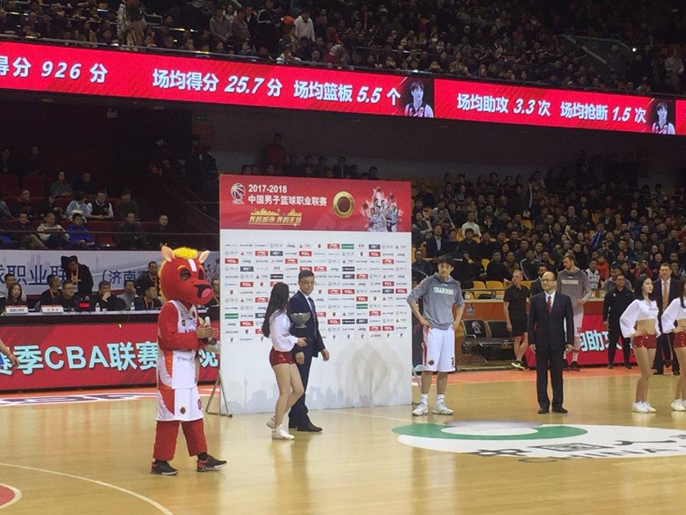 丁彦雨航获颁MVP:希望季后赛走得更远