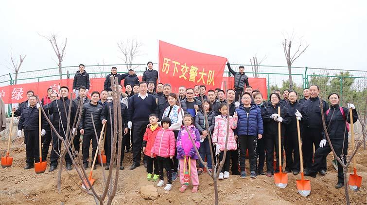 济南历下交警60余人参与义务植树活动