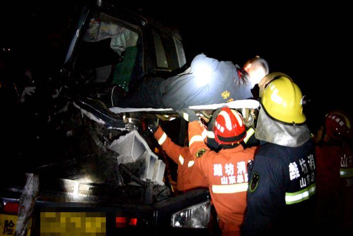 潍坊:油罐车撞上沙土车 司机被困驾驶室