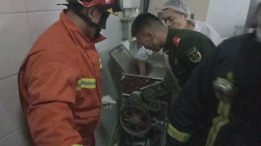 淄博面点工人手卡和面机 消防官兵紧急救助
