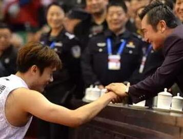 山东男篮队员每人获赠黄金吊坠  晋级后受重奖