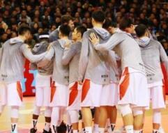 山东男篮挺进四强教练球员齐谢球迷:永远是我们的最佳第六人