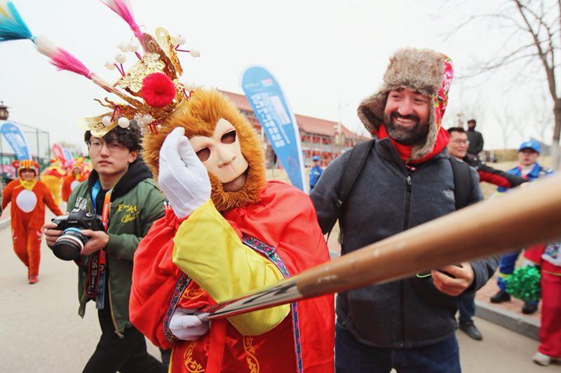学剪纸唱茂腔 克利伯船员进青岛社区感受中国文化