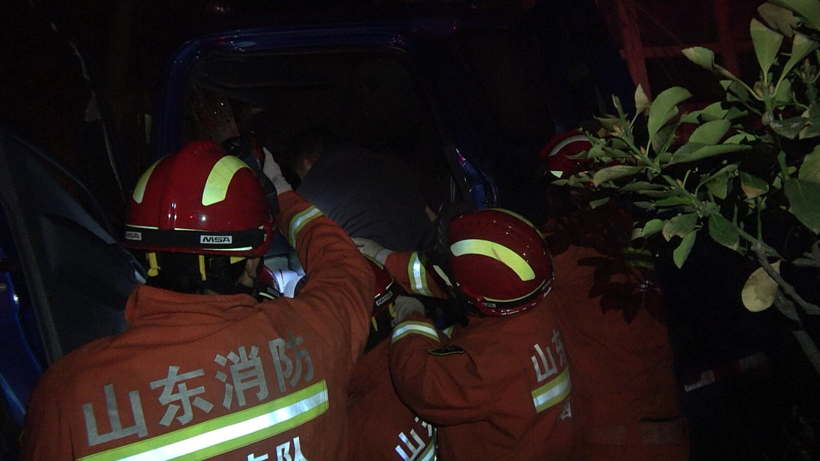 货车司机双腿被困 烟台消防快速救援