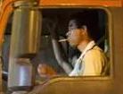 惊险!货车司机高速开车抽烟乱丢烟头致车厢着火