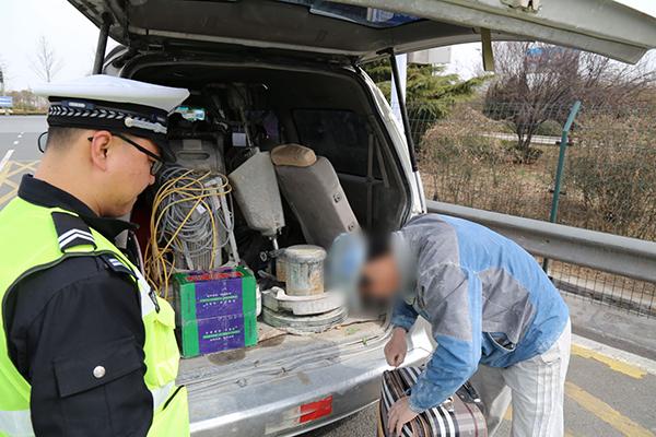 """淄博:面包车满载""""铁疙瘩""""上高速 驾驶员违规载货被处罚"""