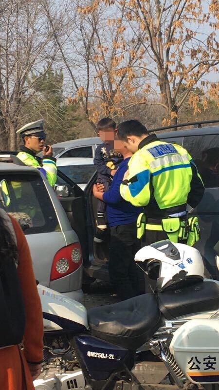 """""""糊涂爸爸""""载四岁儿子酒驾被查 淄博交警这么做…"""