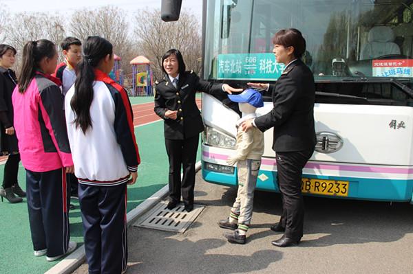 公交车开进青岛特教校园 为特殊儿童模拟安全乘车