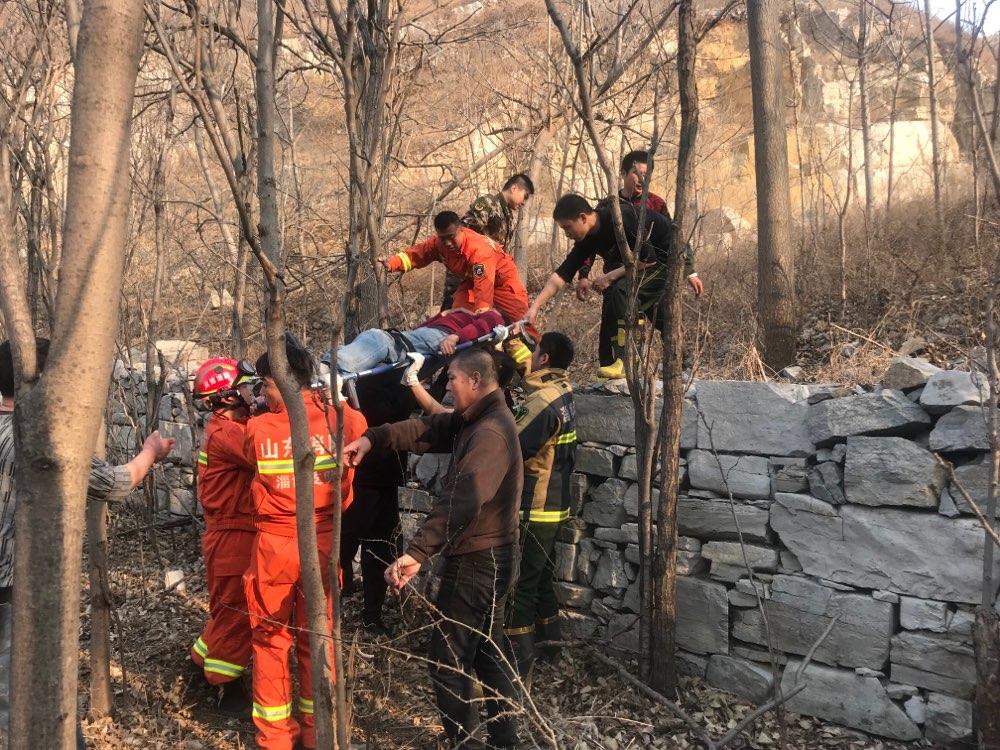 淄川一名驴友登山摔伤被困 消防紧急救援脱险