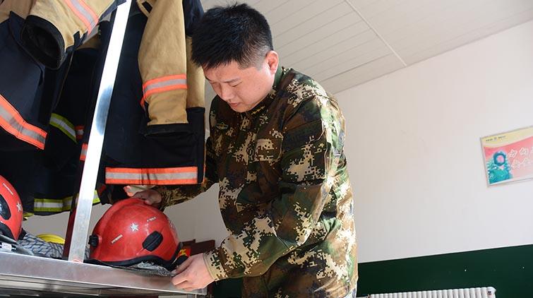 济南一消防员耳朵被划破流血不止坚持救人:当时哪想这么多