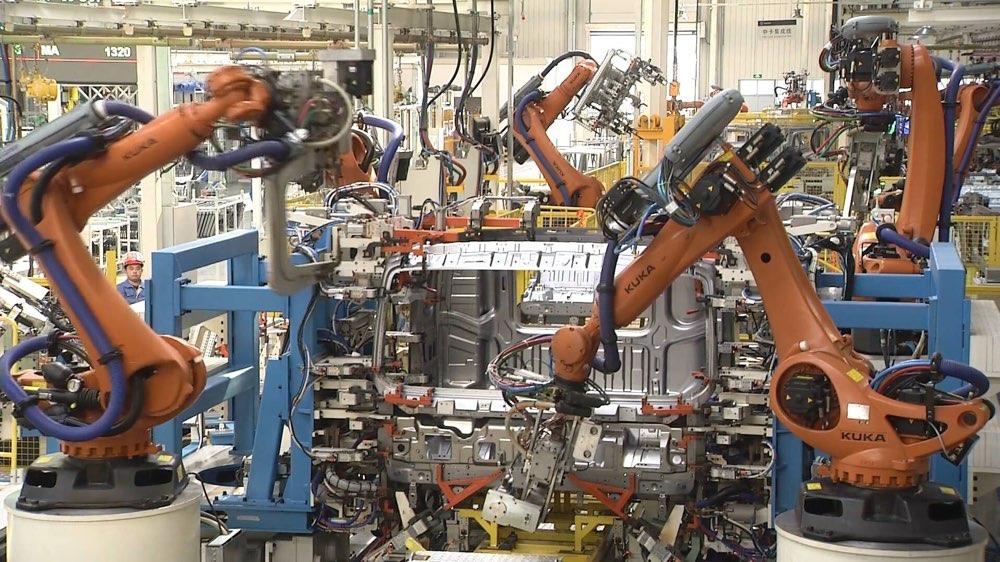 8人操控62台机器人! 潍坊小县城里来了超级卡车工厂