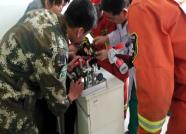 潍坊昌乐一女子手指被刺穿消防员5分钟化解险情
