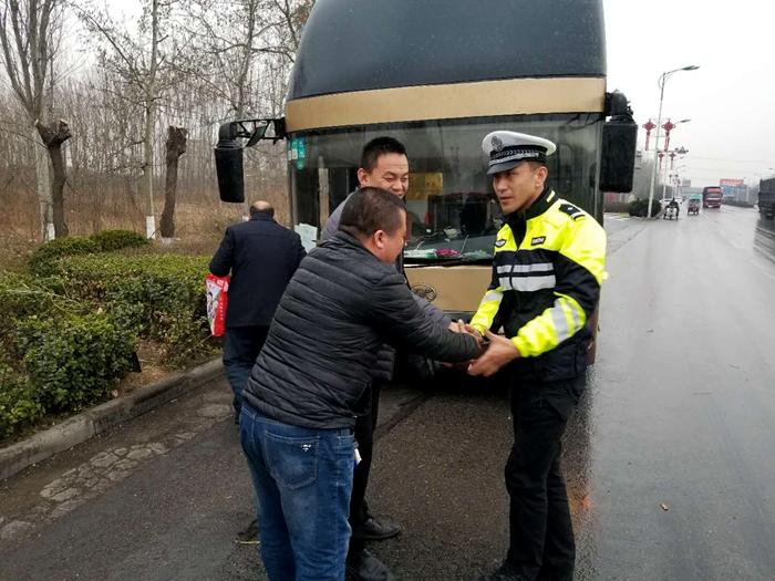 粗心客车司机大意丢乘客 聊城高速交警追到馆陶把乘客送上车