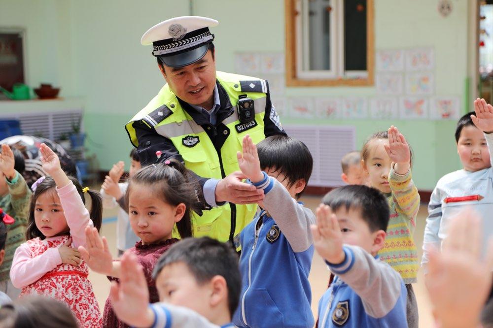 淄博交警进校园 开展交通安全宣传教育活动