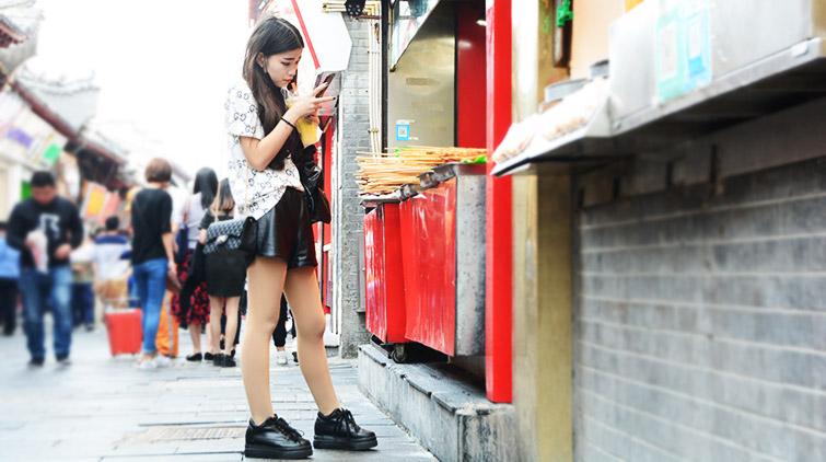 真热了!济南开启裙装模式 街头如时装秀场