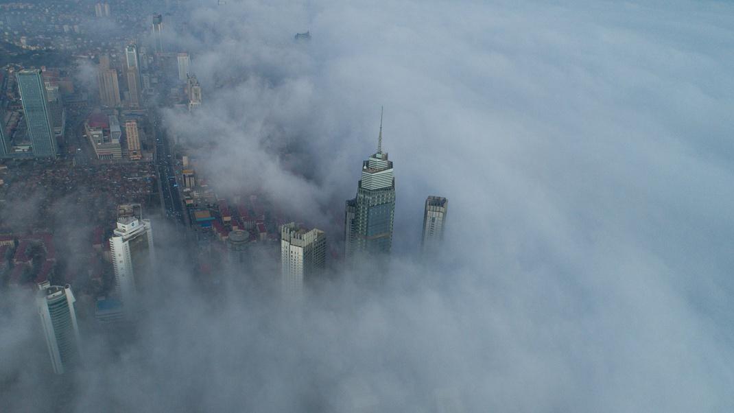 """航拍丨烟台现平流雾景观 建筑时隐时现如""""海市蜃楼"""""""