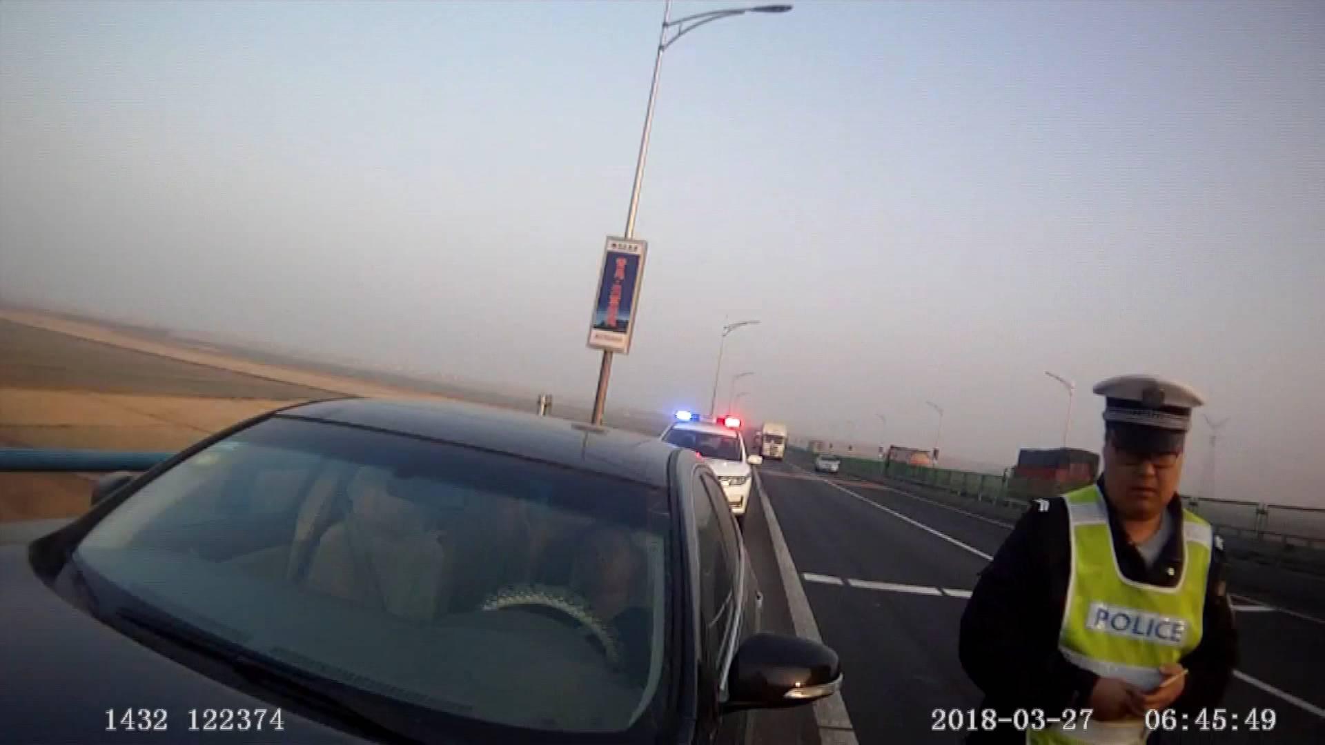 54秒丨惊心!一男子酒驾竟在高速应急车道停车睡觉