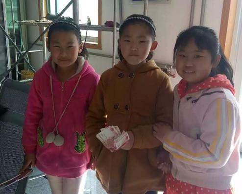 点赞!路边捡到一叠现金 冠县3名小学生主动交给警察叔叔