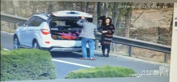 太危险!济聊高速上停车翻栏摘花 被罚200元记6分