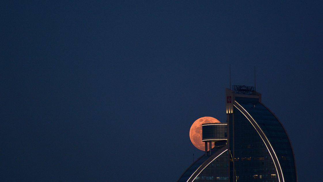 """高清:""""蓝月亮""""再度现身天宇 月亮女神惊艳大"""