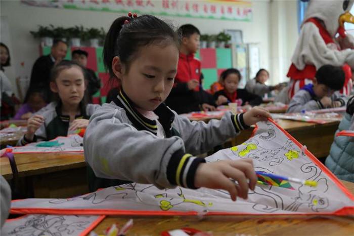 迎风筝盛会!潍坊传统风筝轧制艺人进校园弘扬传统优秀文化