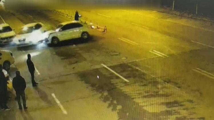 """37秒丨司机驾车连转数圈玩""""漂移"""",技术不精撞上路边车"""