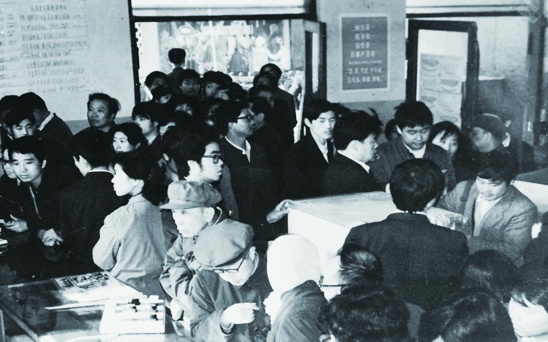 """1987年4月28日,海尔第一次在北京西单商场举办""""琴岛—利勃海尔""""电冰箱展销会,高品质的冰箱吸引了众多消费者排队购买。.jpg"""