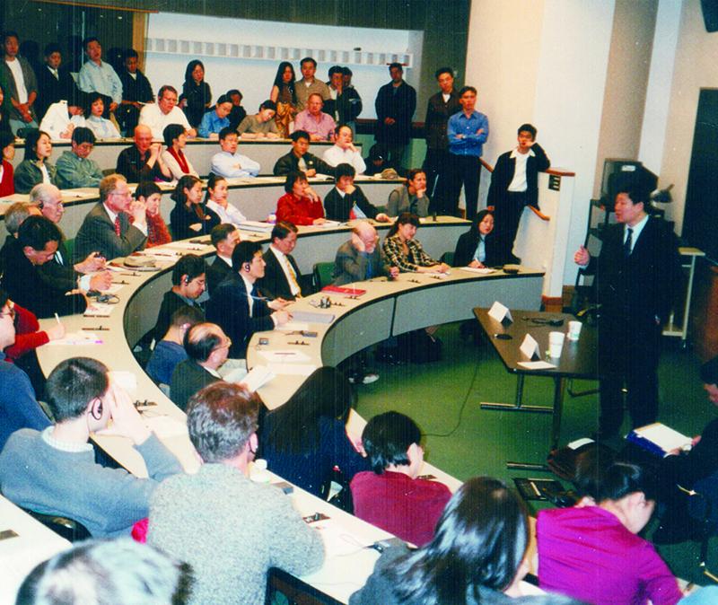 1998年张瑞敏成为第一个登上哈佛讲堂的中国企业家1.jpg
