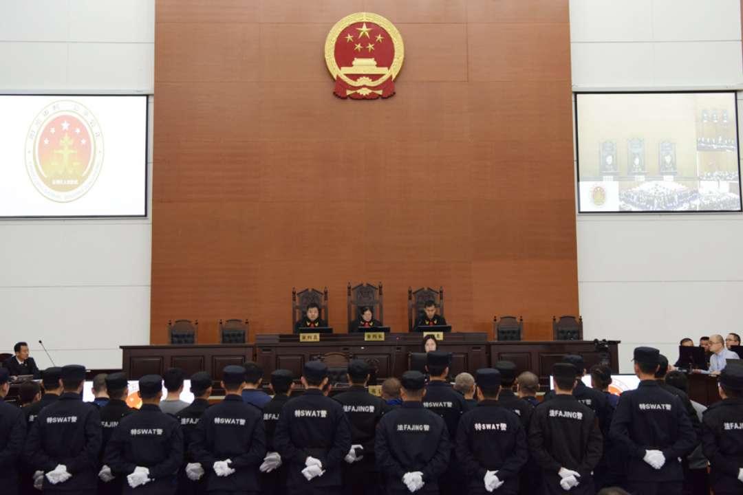 东营区人民法院依法公开开庭审理吴长伟等29人涉黑案件