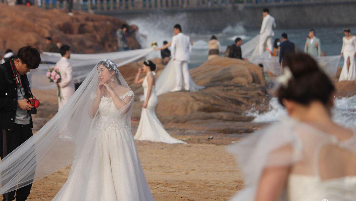 狗粮喂饱!新人扎堆青岛海边拍婚纱照