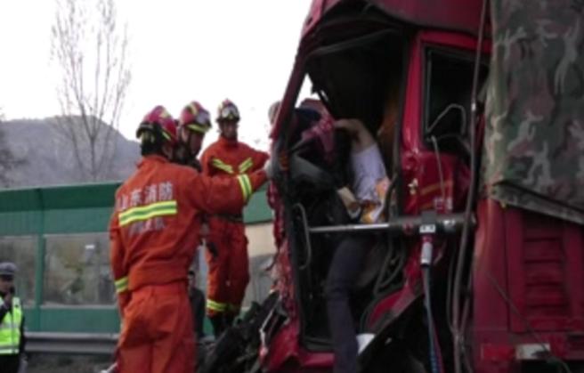 淄博:两货车追尾一司机被困 消防官兵紧急救人
