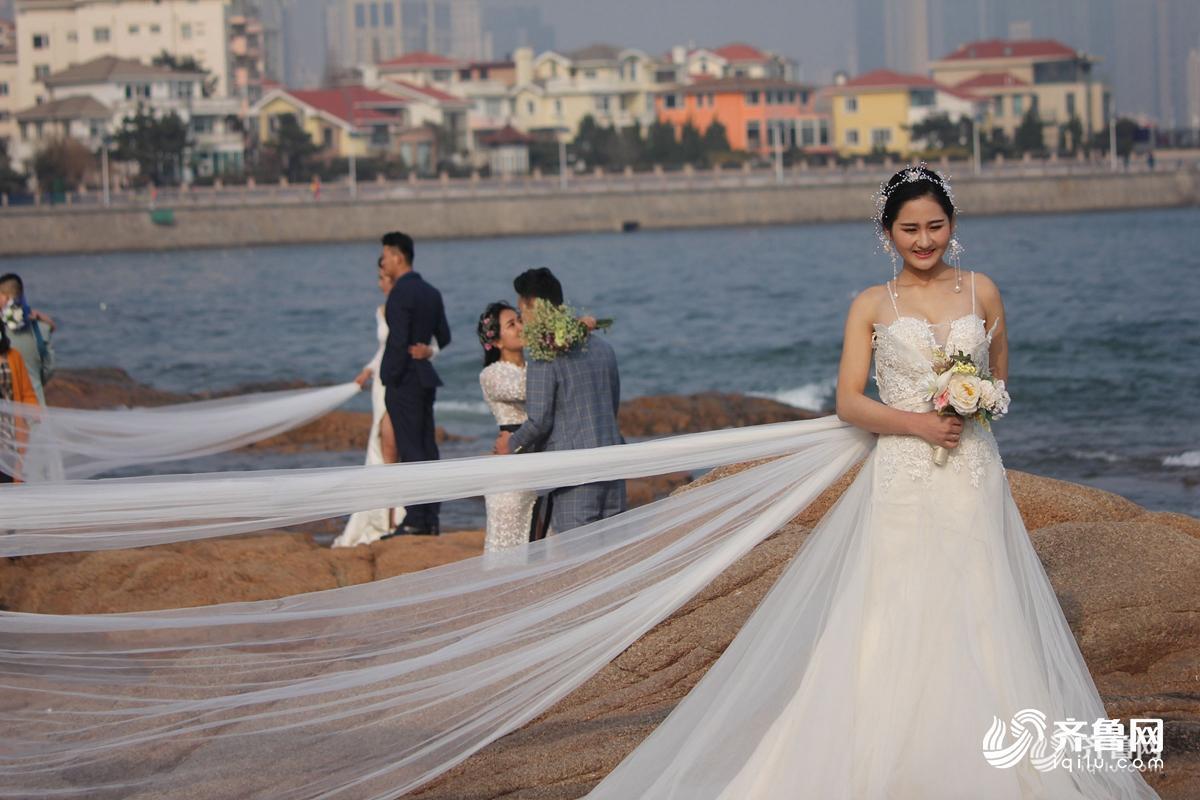 齐鲁网4月2日讯 4月2日,新人在山东省青岛第三海水浴场拍摄婚纱照.