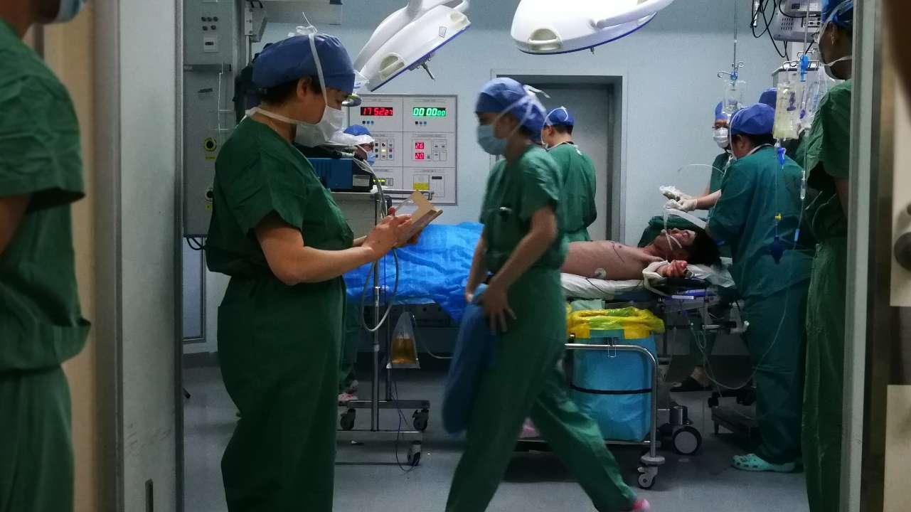 菏泽19岁男子遇车祸木棍插入颈部20公分 医生两小时取出