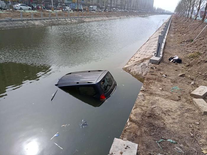 阳谷一面包车意外坠河驾驶员和女儿被困 热心群众钻河水中救人