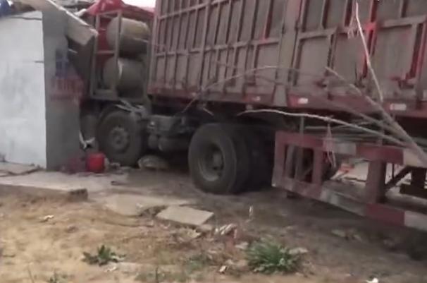 梁山:半挂货车撞进路边饭店 消防紧急救援
