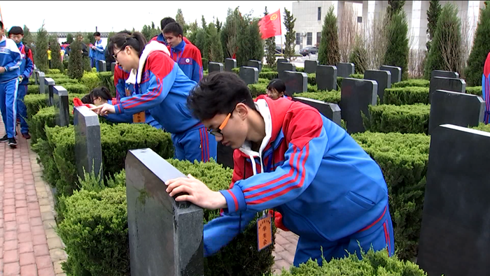 阳谷县社会各界开展清明节扫墓活动 祭奠缅怀革命先烈