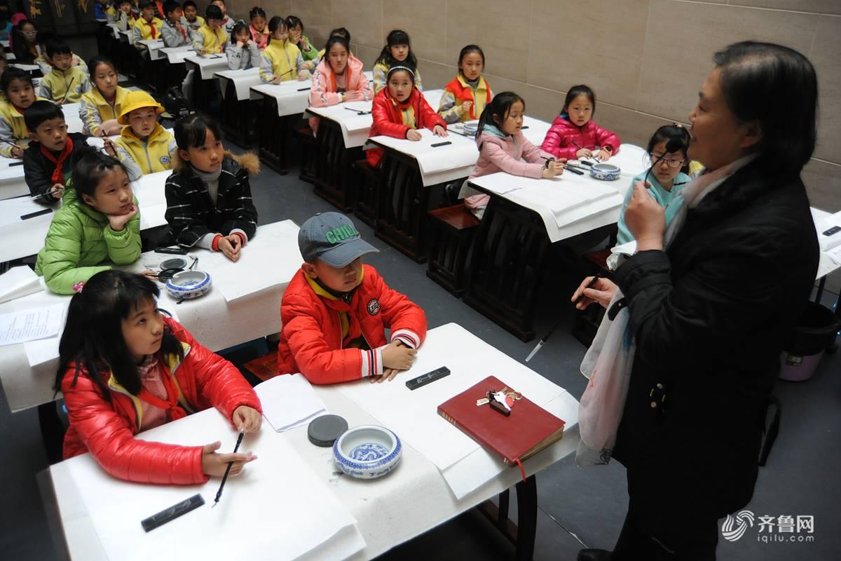 小学生学写甲骨文书法 追溯汉字起源感受传统文化魅力